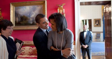 barack-obama-michelle-obama-love-story-romance-photos-12